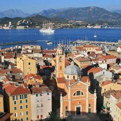 Choisir Ajaccio pour découvrir l'ouest de la Corse.