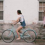 Vélo électrique, trottinette, train touristique quel moyen de transport pour bien visiter