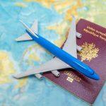 concept voyages, avion quadri-réacteurs sur passepot et carte du monde