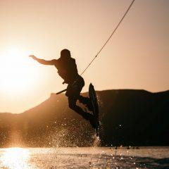 Kneeboard ou Wakeboard : Quel sport essayer pendant vos vacances ?